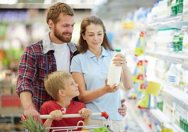 Mladá rodina v supermarketu