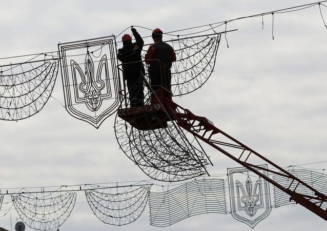 Pracovníci odstraňují slavnostní osvětlení v Kyjevě