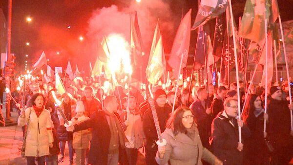 Polští nacionalisté provedli marš s pochodněmi, aby poctili takzvané prohleté vojáky - Sputnik Česká republika