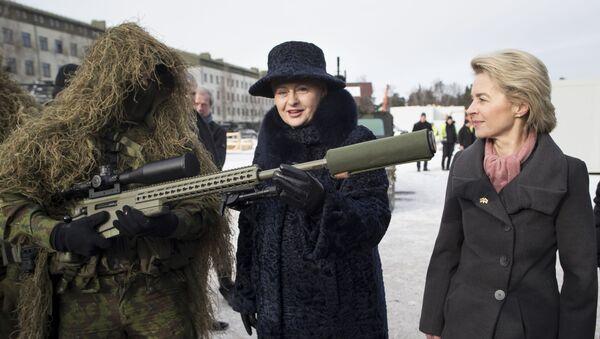 Německá ministryně obrany Ursula von der Leyenová a litevská prezidentka Dalia Grybauskaitė na základně NATO v Litvě - Sputnik Česká republika