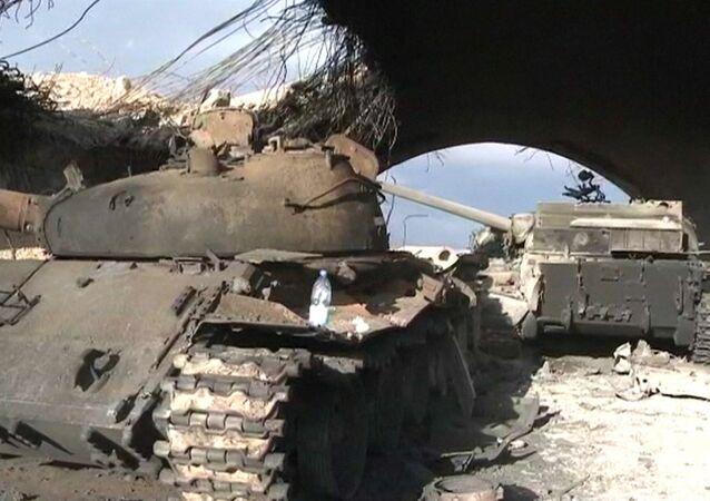Rozbité tanky zůstaly po ústupu teroristů na letišti Palmýry