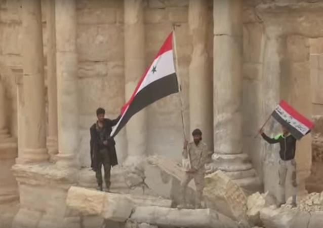 Příslušníci syrské armády vztyčili syrské vlajky v centru starověké Palmýry