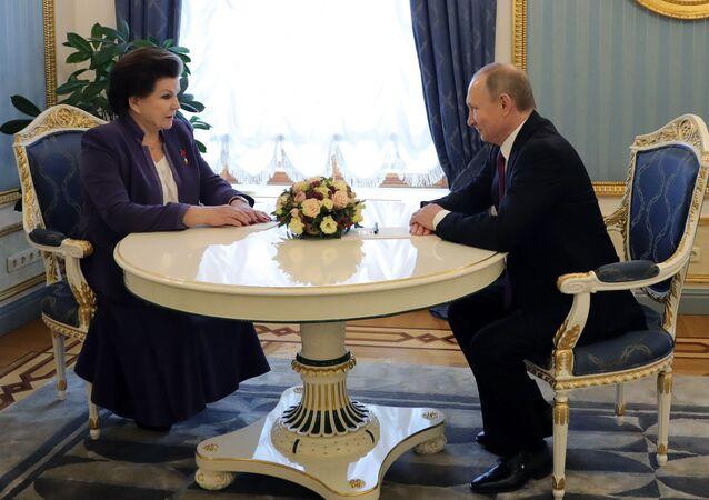 Putin poblahopřál Těreškovové k jubileu