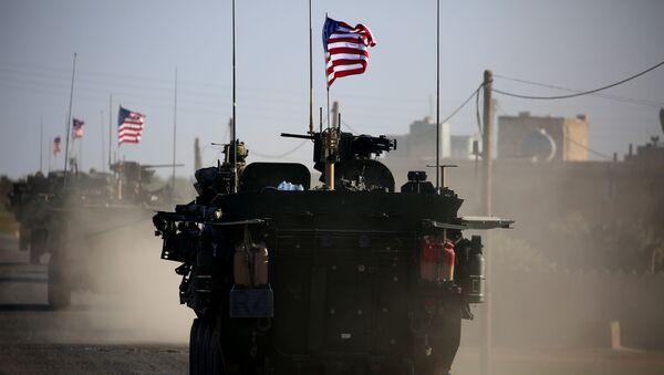 Americký vojenský konvoj v předměstí Manbidže - Sputnik Česká republika