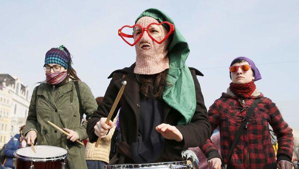 V Kyjevě polili čtyři muži brilantovou zelení a kefírem účastnice pochodu feministek - Sputnik Česká republika
