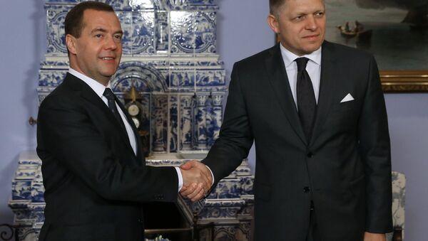 Ruský premiér Dmitrij Medveděv a slovenský premiér Robert Fico - Sputnik Česká republika