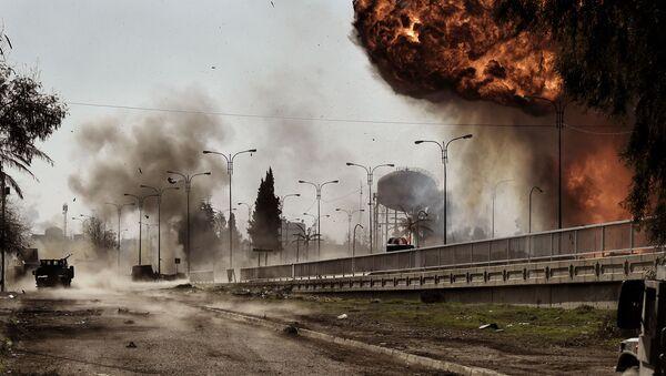 Kouř a oheň po explozi v Mosulu, Irák. Archivní foto - Sputnik Česká republika