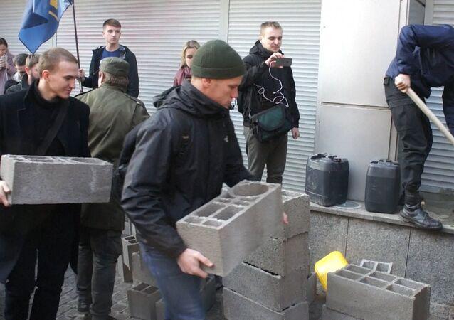 Radikálové v Kyjevě zazdívají vchod do budovy Sberbanku