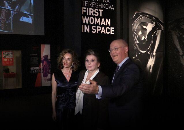 Valentina Těreškovová na otevření výstavy v londýnském muzeu