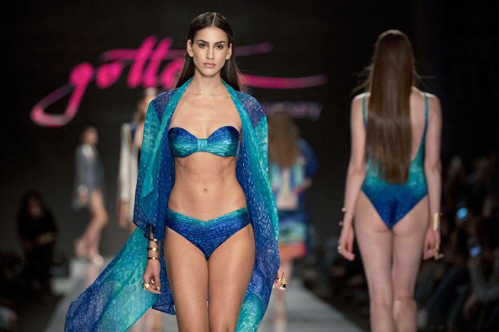 Ukázka plavek na Týdnu módy v Tel-Avivu