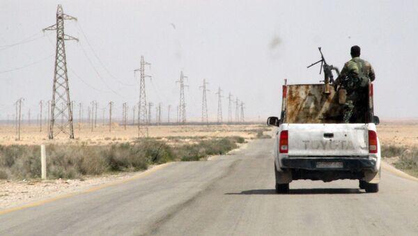 Syrští vojáci mezi Homsem a Rakkou v Sýrii - Sputnik Česká republika