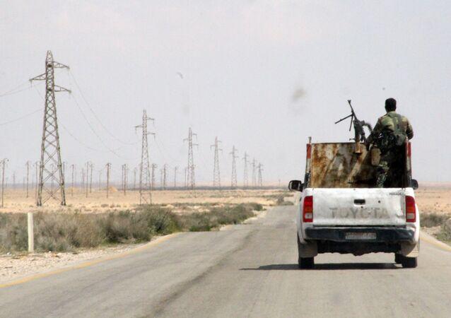 Syrští vojáci mezi Homsem a Rakkou v Sýrii