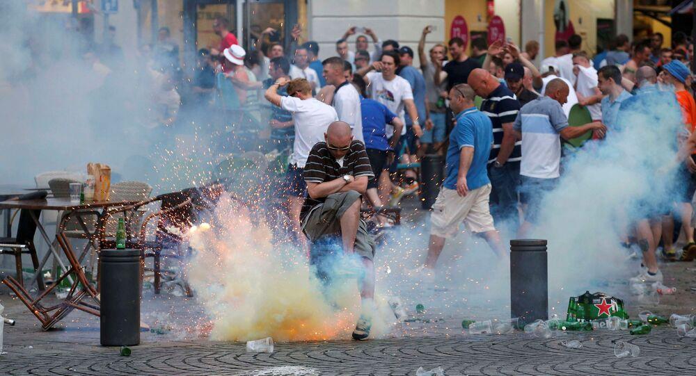 Výbuch slzného granátu vedle anglických fanoušků na mistrovství Evropy 2016 v Marseille