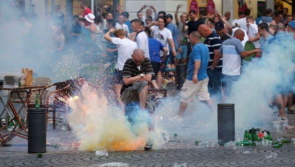 Výbuch slzného granátu vedle anglických fanoušků na mistrovství Evropy 2016 v Marseille - Sputnik Česká republika