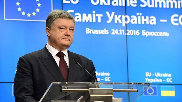 Ukrajinský prezident Petro Porošenko na pozadí vlajky EU - Sputnik Česká republika
