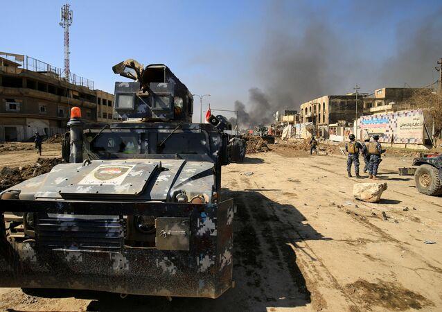 Irácká obrněná vozidla v Mosulu během bojů s IS