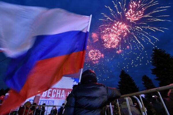 Slavnostní ohňostroj na mítinku-koncertu před budovou Státní Lomonosovovy univerzity v Moskvě v rámci studentského festivalu Jaro na Vorobjových horách - Sputnik Česká republika