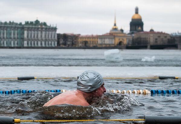 Účastník mezinárodní plavecké akce Obrození tradice zimního plávání v petrohradské Petropavlovské pevnosti - Sputnik Česká republika