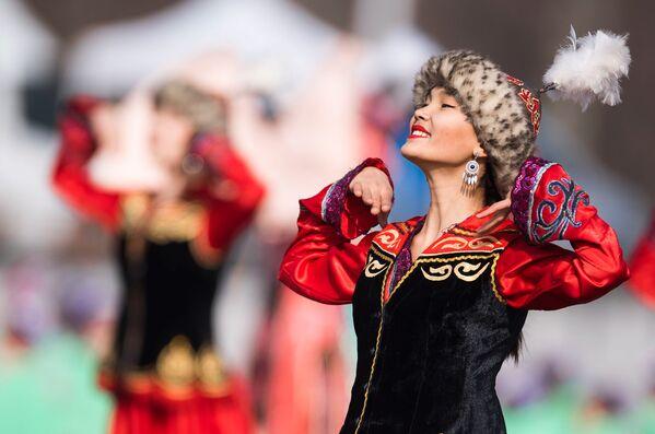 Dívka v lidovém kroji na svátku Navruz v Biškeku - Sputnik Česká republika
