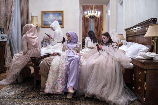Přehlídka kolekce Domu módy Firdaws návrhářky Aišat Kadyrovové v rámci Mercedes-Benz Fashion Week Russia - Sputnik Česká republika