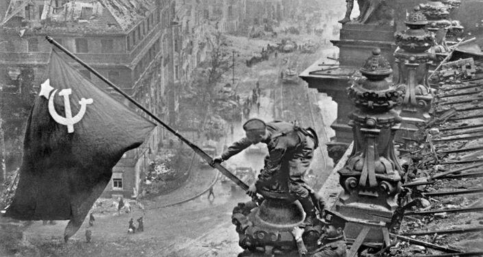 Vlajka vítězství nad Berlínem. 2. května roku 1945