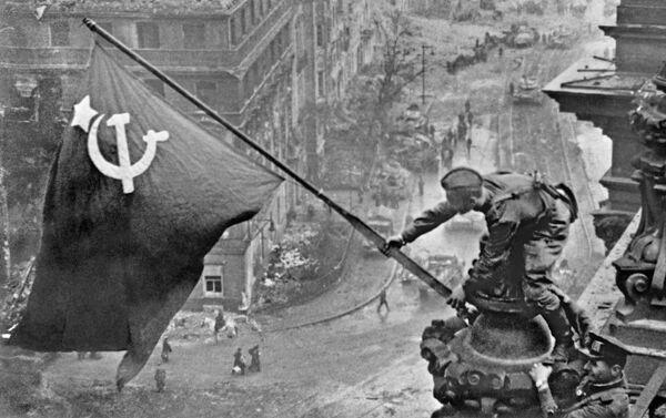 Vlajka vítězství nad Berlínem. 2. května roku 1945 - Sputnik Česká republika