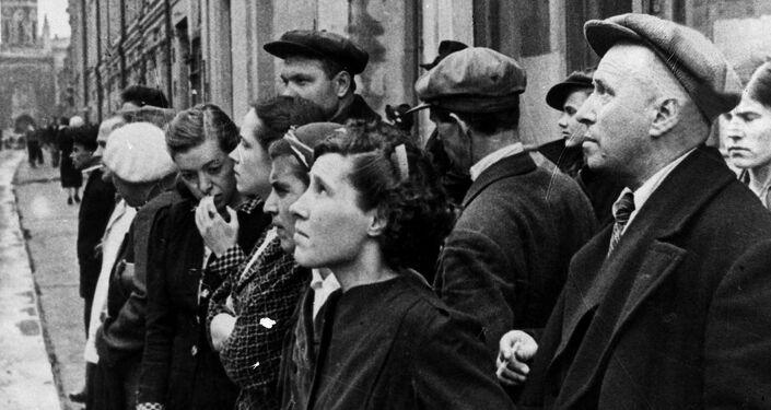 Obyvatelé Moskvy 22. června roku 1941, kdy rozhlas vysílal zprávu vlády o tom, že fašistické Německo přepadlo Sovětský svaz