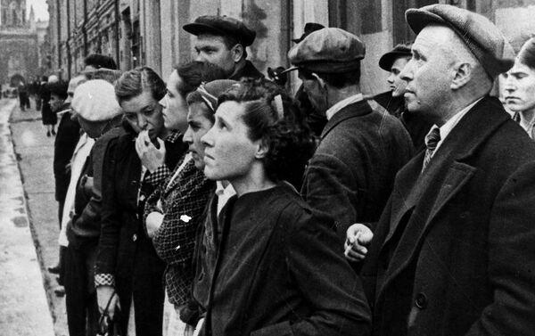Obyvatelé Moskvy 22. června roku 1941, kdy rozhlas vysílal zprávu vlády o tom, že fašistické Německo přepadlo Sovětský svaz - Sputnik Česká republika