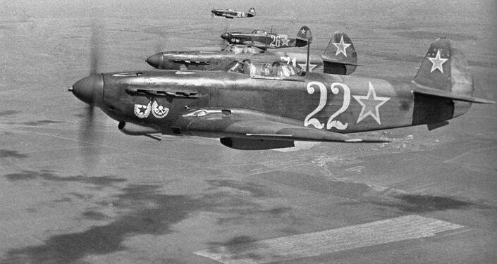 Stíhačky gardového leteckého pluku, nositele Řádu Rudého praporu, na nebi nad Sevastopolem. 12. dubna roku 1944