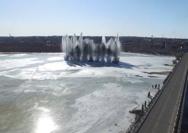Ženisté odstřelují led na řece Tom