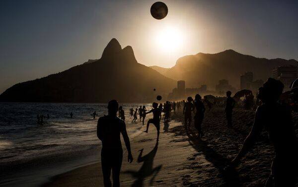 Daniel Rodrigues «People playing soccer ball on Ipanema beach at sunset, Rio de Janeiro», 3. místo - Sputnik Česká republika