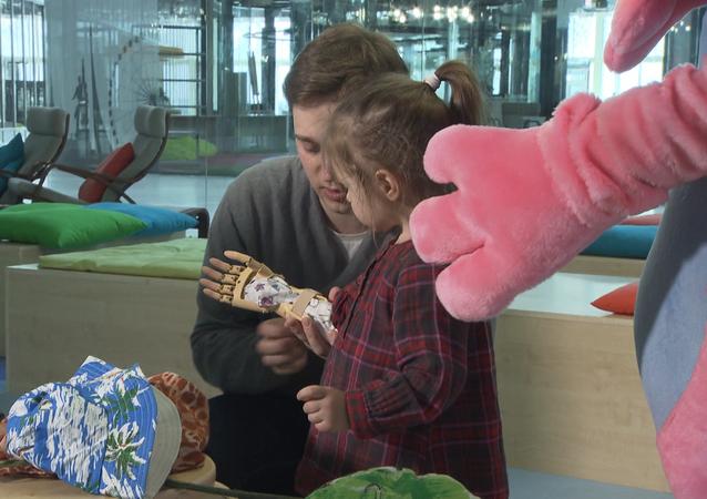 Naděje na nový život: protézy na 3D tiskárně pro děti