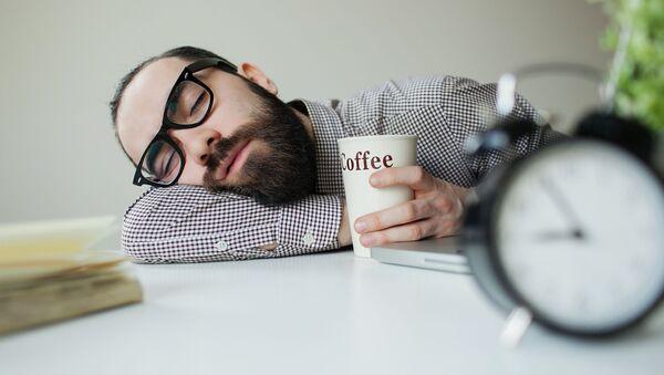 Muž spí na stole - Sputnik Česká republika