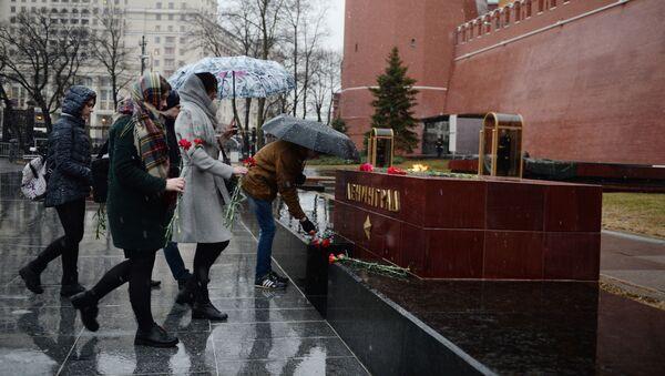Moskvané nesou květiny k memoriálu města-hrdiny Leningradu v Alexadrovském sad - Sputnik Česká republika