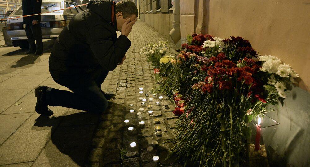 Lidé nesou květiny k stanici metra Technologičeskij institut v Petrohradě