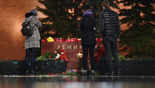 Молодые люди возлагают цветы к мемориалу города Ленинград на Аллее Городов-героев в Москве в память о погибших в результате взрыва в метрополитене Санкт-Петербурга - Sputnik Česká republika