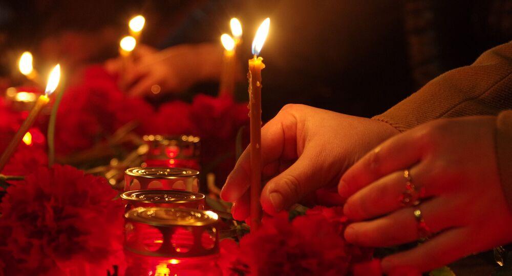 Svíce na památku obětí exploze v petrohradském metru