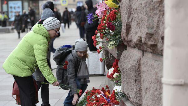 Lidé nosí květiny k uctění památky obětí teroristického útoku v petrohradském metru - Sputnik Česká republika