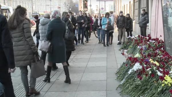 V Petrohradě lidé nosí květiny ke vchodu do stanice metra Technologičeskij instit - Sputnik Česká republika