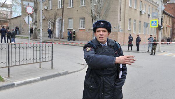 Policista na místě výbuchu vedle školy ve městě Rostov na Donu, Rusko - Sputnik Česká republika