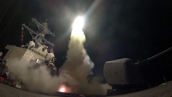 Americká válečná loď odpaluje řízenou střelu s plochou dráhou letu Tomahawk - Sputnik Česká republika
