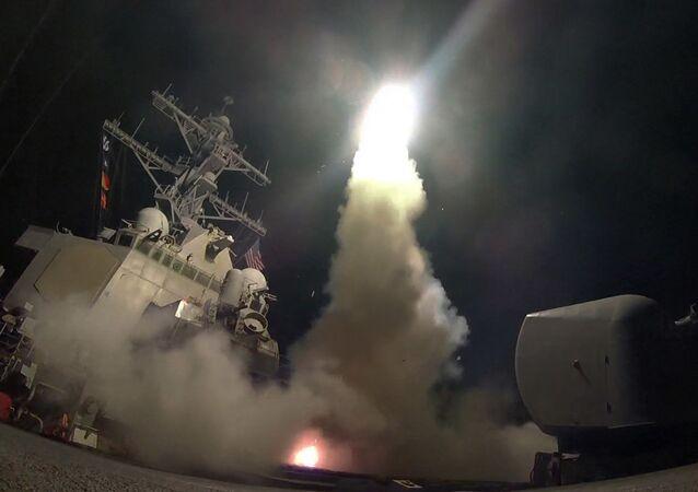 Americká válečná loď odpaluje řízenou střelu s plochou dráhou letu Tomahawk