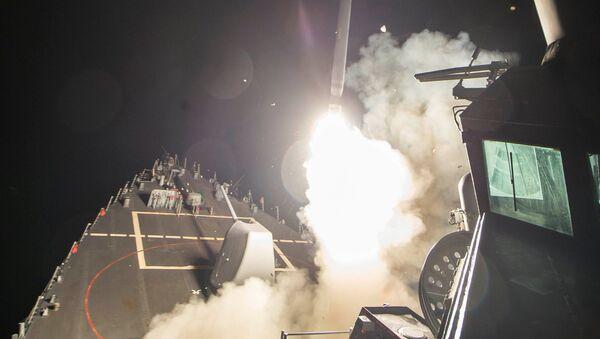 Американский эсминец типа Ross производит ракетный удар по сирийской авиабазе - Sputnik Česká republika