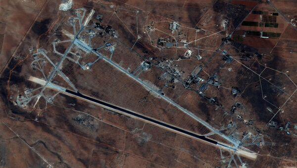 Спутниковый снимок аэродрома Шайрат в Сирии после ракетной бомбардировки со стороны США - Sputnik Česká republika