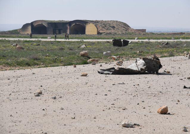 Následky leteckého útoku na základnu v Sýrii