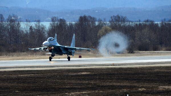 Истребитель Су-30 взлетает на втором отборочном этапе окружного конкурса Авиадартс-2017 во Владивостоке - Sputnik Česká republika