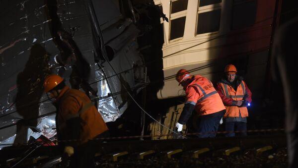 Příměstský vlak se srazil v Moskvě - Sputnik Česká republika