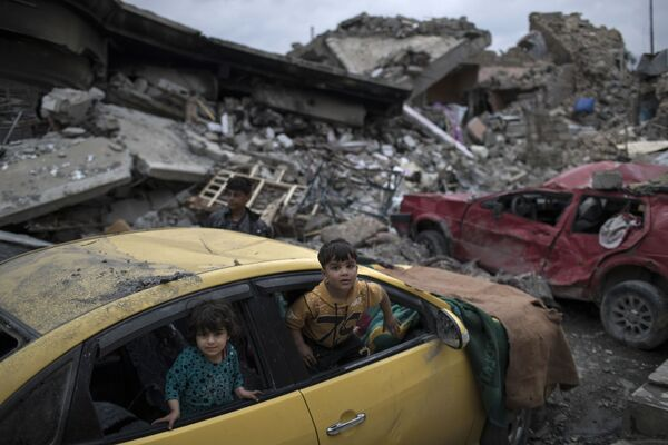 Chlapci v rozbitém autě na západě Mosulu - Sputnik Česká republika