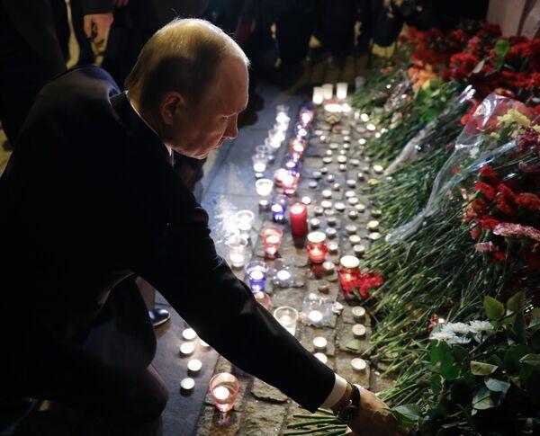 Prezident RF Vladimir Putin během položení květin u stanice metra Technologičeskij institut v Petrohradě - Sputnik Česká republika