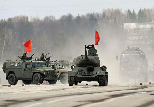 Tank T-34-85 a obrněná vozidla Tygr mechanizované kolony moskevské posádky během cvičení na vojenskou přehlídku na Rudém náměstí 9. května 2017 - Sputnik Česká republika